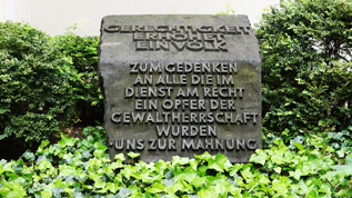 A memorial stone to the lawyers, who have lost their lives in the fight against the national socialism. (Refers to: History of the Federal Ministry of Justice and for Consumer Protection)